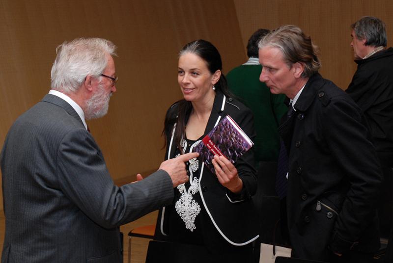 Herbert Pietschmann im Gespräch mit Besuchern seines Vortrages