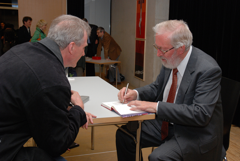 """Herbert Pietschmann signiert ein Exemplar seines letzten Buches """"Die Atomisierung der Gesellschaft"""""""